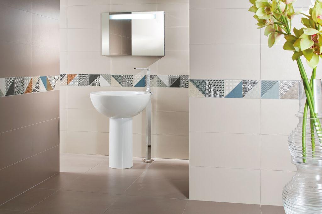 světlá koupelna s jemným dekorem DECO